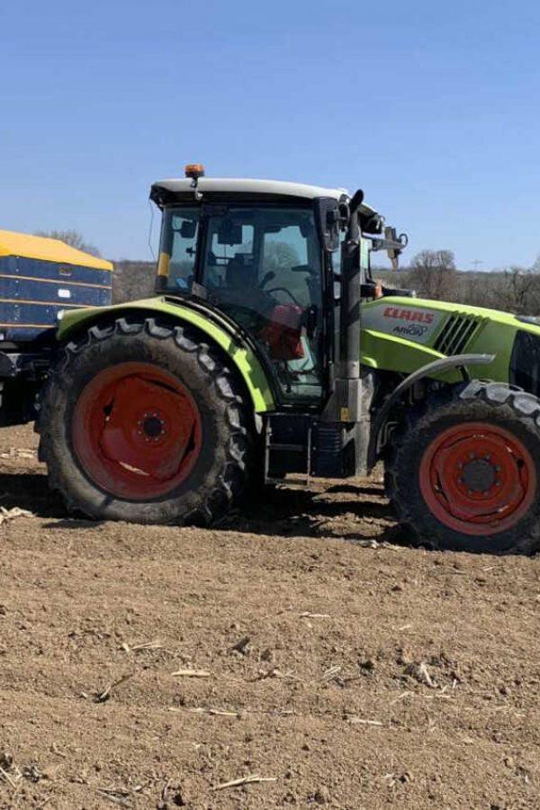 traktor sa njive iz bespovratnih sredstava