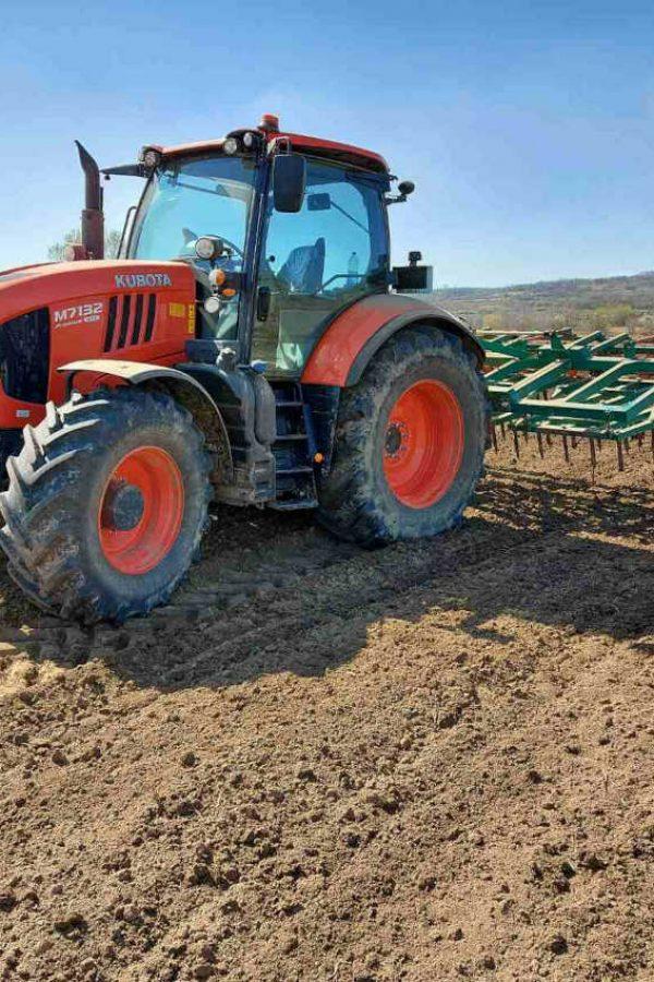 traktor na njivi iz bespovratna sredstava